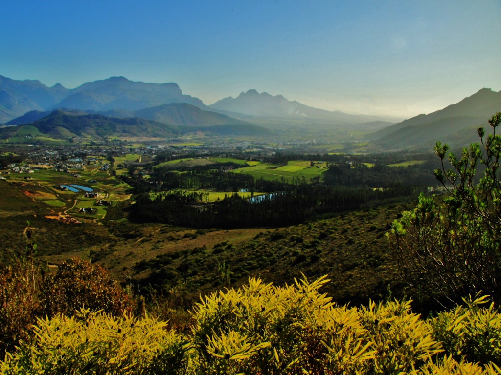 Looking down on Franschhoek from the Winelands Trail (©Siegfried Schäfer)